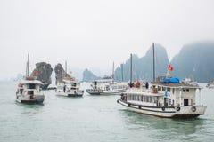 Bahía de Halong, Vietnam 13 de marzo:: Isla de los gallos de pelea e islan numeroso Fotografía de archivo libre de regalías