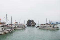 Bahía de Halong, Vietnam 13 de marzo:: Isla de los gallos de pelea en la bahía de Halong en M Imagen de archivo