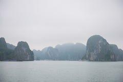 Bahía de Halong, Vietnam 13 de marzo:: Islas numerosas en la bahía de Halong en M Imágenes de archivo libres de regalías