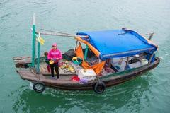 Bahía de Halong, Vietnam 13 de marzo:: tienda de alimentos móvil de la fruta en el barco en H Fotografía de archivo