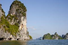 Bahía de Halong, Vietnam, karsts de la piedra caliza en el mar Fotos de archivo libres de regalías
