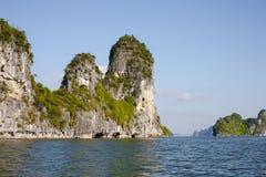 Bahía de Halong, Vietnam Karsts de la piedra caliza en el mar Imágenes de archivo libres de regalías