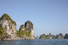 Bahía de Halong, Vietnam Karsts de la piedra caliza en el mar Imagen de archivo libre de regalías
