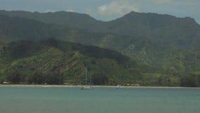 Bahía de Hanalei con las montañas verdes en el fondo, Kauai, Hawaii, los E.E.U.U. almacen de metraje de vídeo