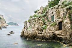 Bahía de Kolorina con los edificios medievales en las paredes Fotos de archivo libres de regalías