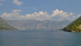 Bahía de Kotor, el mar y los fiordos imagen de archivo