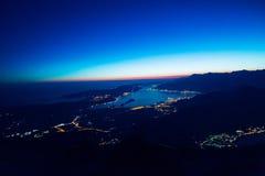 Bahía de Kotor en la noche Visión desde el soporte Lovcen abajo hacia Kotor Fotos de archivo libres de regalías