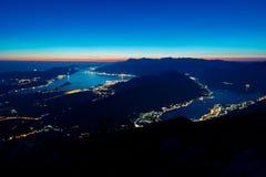 Bahía de Kotor en la noche Visión desde el soporte Lovcen abajo hacia Kotor Fotografía de archivo