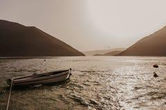 Bahía de Kotor en la puesta del sol Cielo cubierto Montenegro, Balcanes, mar adriático, Europa fotos de archivo libres de regalías