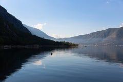 Bahía de Kotor por la mañana foto de archivo