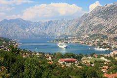 Bahía de Kotor y un barco de cruceros Imagen de archivo libre de regalías