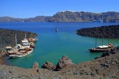 Bahía de la isla de Nea Kameni y paisaje de Santorini Imagen de archivo libre de regalías