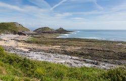 Bahía de la pulsera Gower Peninsula South Wales con el faro de los refunfuños Imagen de archivo