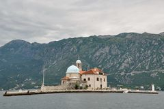 Bahía de las islas de la iglesia de Kotor, Montenegro Imagen de archivo