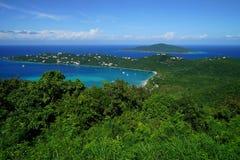 Bahía de Magens de la isla de St Thomas con la isla BVI de Tortola en el fondo foto de archivo