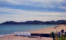 Bahía de Mandelieu de la opinión de la playa del horizonte del invierno foto de archivo libre de regalías