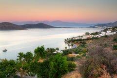 Bahía de Mirabello en Crete en la salida del sol Imágenes de archivo libres de regalías