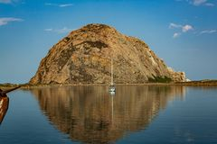 Bahía de Morro en mañana clara con el solo velero anclado imagen de archivo libre de regalías