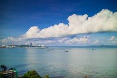 Bahía de Pattaya en tiempo del día con las nubes blancas Fotografía de archivo libre de regalías