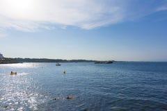 Bahía de Rosas en Costa Brava y una persona que bucean en el foregroung Imagen de archivo