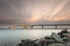 Bahía de Tokio con el puente de la puerta de Tokio Imagenes de archivo