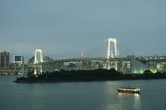 Bahía de Tokio El puente del arco iris conecta Odaiba con el resto de Tokio, d hermosa imagen de archivo libre de regalías