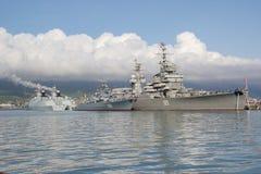 Bahía de Tsemess con los buques de guerra de Rusia y de China Foto de archivo libre de regalías