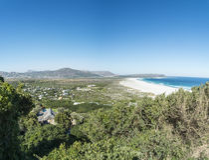 Bahía de una ciudad por el mar en Ciudad del Cabo imagenes de archivo