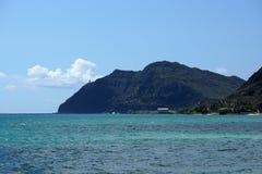 Bahía de Waimanalo, embarcadero, y punto de Makapuu con el faro de Makapu'u Imagenes de archivo
