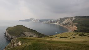 Bahía de Worbarrow al este de la costa Inglaterra Reino Unido de Dorset de la ensenada de Lulworth almacen de metraje de vídeo