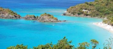 Bahía del Caribe con los bañistas Fotos de archivo