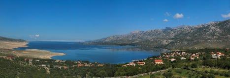 Bahía del mar adriático en Dalmacia, Croacia Imagenes de archivo