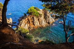 Bahía del mar con el islote en Costa Brava In Spain Foto de archivo