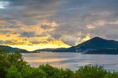 Bahía del mar del panorama en un fondo de la puesta del sol Imágenes de archivo libres de regalías