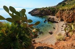 Bahía del mar en el parque del cíngaro, Sicilia, Italia Imagen de archivo libre de regalías