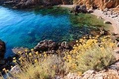 Bahía del mar en el parque del cíngaro, Sicilia, Italia Foto de archivo libre de regalías