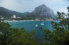 Bahía del paraíso Montañas y mar Imagenes de archivo