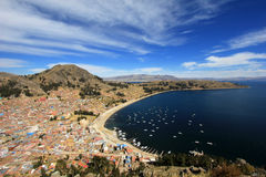 Bahía en Copacabana Bolivia, el lago Titicaca Imagenes de archivo