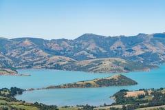 Bahía en la región de la península de los bancos, isla del sur Nueva Zelanda de Akaroa fotografía de archivo