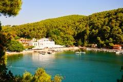 Bahía en un día soleado, Grecia de Agnontas foto de archivo libre de regalías