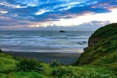 Bahía escénica en Muriwai en Nueva Zelanda imágenes de archivo libres de regalías