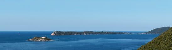 Bahía Gertsegnovska en el mar adriático Isla Mamula o Lastavica con el fuerte Mar tranquilo y cielo azul del claro Panorama Imagen de archivo