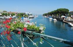 Bahía hermosa, barcos en la orilla Foto de archivo libre de regalías