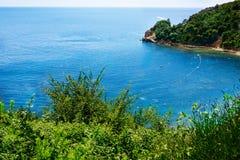 Bahía hermosa de la costa adriática cerca de Budva aéreo Fotografía de archivo