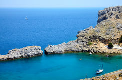 Bahía hermosa de la montaña en la isla de Rhodos Fotos de archivo libres de regalías