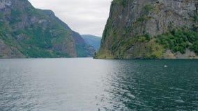 Bahía hermosa de los fiordos noruegos almacen de metraje de vídeo