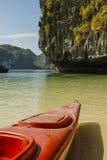 Bahía Kayaking de Halong imagen de archivo libre de regalías