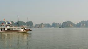 Bahía larga de la ha de la montaña Vietnam del norte almacen de video