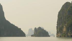 Bahía larga de la ha de la montaña Vietnam del norte almacen de metraje de vídeo