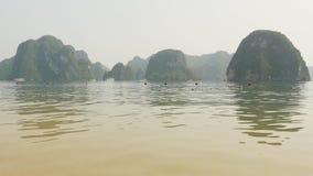 Bahía larga de la ha de la montaña Vietnam del norte metrajes